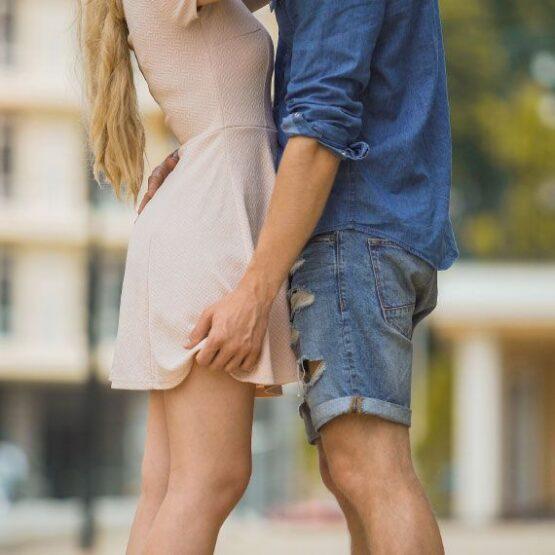 Ein junges Paar umarmt sich.