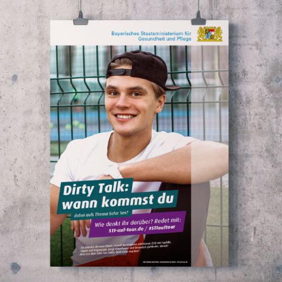 """Bild: Poster der Kampagne """"STI auf Tour"""" an einer Wand. Postertext: """"Dirty Talk: wann kommst du ... dabei aufs Thema Safer Sex?"""""""