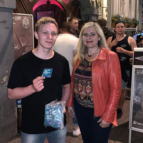 Staatsministerin Melanie Huml und Youtuber ChrisTezz vor einem Club.