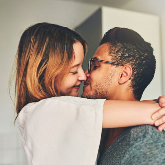 Ein Pärchen umarmt und küsst sich.